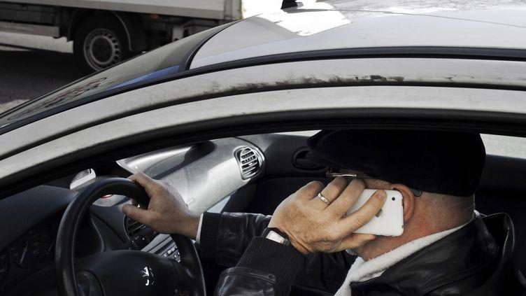 Téléphoner au volant crée une situation d'inattention dangereuse et est interdit par la loi. (JEAN-PHILIPPE KSIAZEK / AFP)