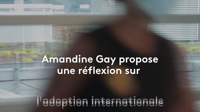 Amandine Gay propose une réflexion internationale sur l'adoption. Elle-même adoptée, la cinéaste noire explique ce qui a motivé la démarche derrière son nouveau documentaire, Une Histoire à soi.