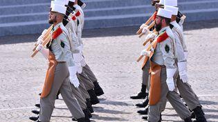 Des pionniers de la Légion étrangère défilent sur les Champs Elysées, le 14 juillet 2015. (MUSTAFA YALCIN / ANADOLU AGENCY)