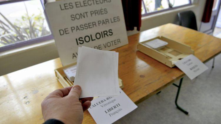 Un bulletin de vote blanc lors des élections départementales de 2015. (VINCENT ANDORRA / MAXPPP)