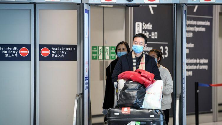 Des passagers en provenance de Chine dans l'aéroport de Roissy-Charles De Gaulle le 26 janvier 2020. (ALAIN JOCARD / AFP)