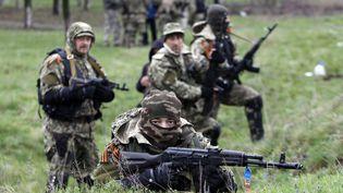 Des miliciens pro-russes dans l'Est de l'Ukraine, le 13 avril 2014 à Slavyansk. (ANATOLIY STEPANOV / AFP)