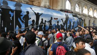 Des migrants prennent d'assaut un train à la gare internationale de Budapest, le 3 septembre 2015. (LASZLO BALOGH / REUTERS)
