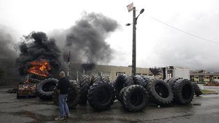 Des pneus brûlent devant l'usine GM&S de La Souterraine, dans la Creuse, le 28 juin 2017. (PASCAL LACHENAUD / AFP)