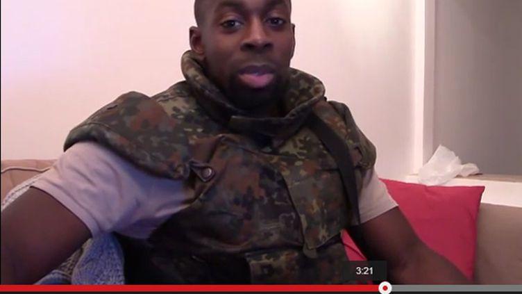 (Capture d'écran de la vidéo posthume postée dimanche sur Internet montrant un homme ressemblant à Amedy Coulibaly © DR)