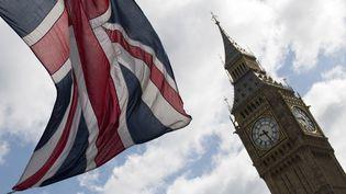 Un drapeau britannique flotte devant Big Ben, à Londres (Royaume-Uni), le 7 juin 2017. (JUSTIN TALLIS / AFP)