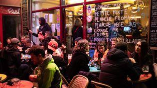 Des jeunes dans un bar à Paris, le 5 octobre 2020. (ALEXIS SCIARD / MAXPPP)
