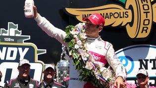 Helio Castroneves célèbre sa 4e victoire aux 500 Miles d'Indianapolis, le 30 mai. (STACY REVERE / GETTY IMAGES NORTH AMERICA)