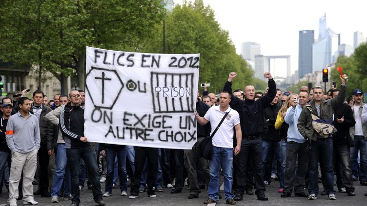 """Des policiers manifestent à Paris le 4 mai 2012 pour apporter leur soutien à leur collègue de Seine-Saint-Denis mis en examen pour """"homicide volontaire"""". (BERTRAND GUAY / AFP)"""