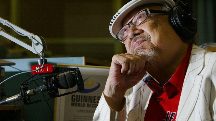 Ray Cordeiro, DJ sur une radio de Hong Kong vient d'arrêter sa carrière à l'âge de 96 ans. Photo prise dans les studios de la RTHK, le 2 juillet 2007. (SOUTH CHINA MORNING POST / SOUTH CHINA MORNING POST / GETTYIMAGES)