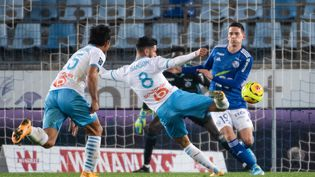 Morgan Sanson arme sa frappe pour ouvrir le score face à Strasbourg, le 6 novembre 2020, à La Meinau. (PATRICK HERTZOG / AFP)