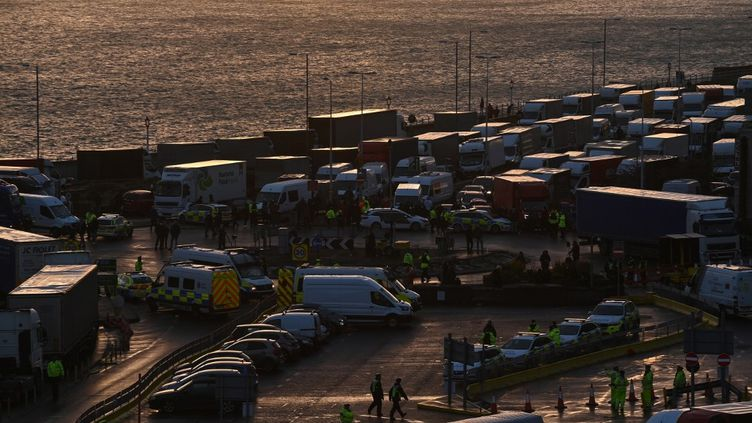 Des camions venant du Royaume-Uni sont bloquésprès de l'entrée du port de Douvres, dans le Kent,le 23 décembre 2020. (JUSTIN TALLIS / AFP)