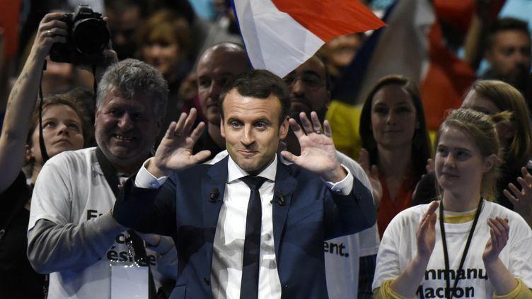 L'ancien ministre de l'Economie, candidat d'En marche ! à l'élection présidentielle, tient un meeting à Lyon, le 4 février 2017. (JEAN-PHILIPPE KSIAZEK / AFP)