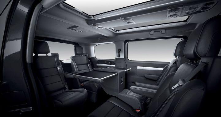 L'intérieur de l'Opel Zafira Life et ses sièges retournés. (OPEL POUR FRANCE INFO)