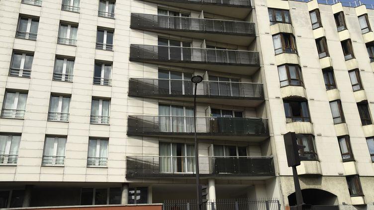 La façade de l'immeuble où Mamadou Gassama a escaladé quatre étages pour sauver l'enfant qui se trouvait dans le vide, le 26 mai 2018. (BERTRAND GUAY / AFP)