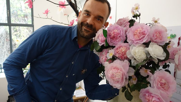 Le créateur William Amor dans son atelier parisien au milieu de ses créations florables réalisées à partir de déchets de plastique, le 23 octobre 2019 (CORINNE JEAMMET)