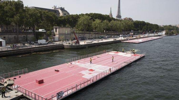 La piste de 100 mètres flottante sur la Seine en cours d'installation. (JOEL SAGET / AFP)
