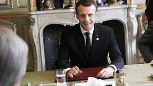 Emmanuel Macron dans son bureau du palais de l'Elysée, le 12 décembre 2017 (SIPA)
