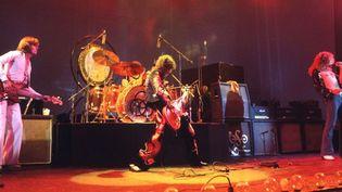 Led Zeppelin sur scène en 1975.  (Ian Dickson / Rex/ Sipa)