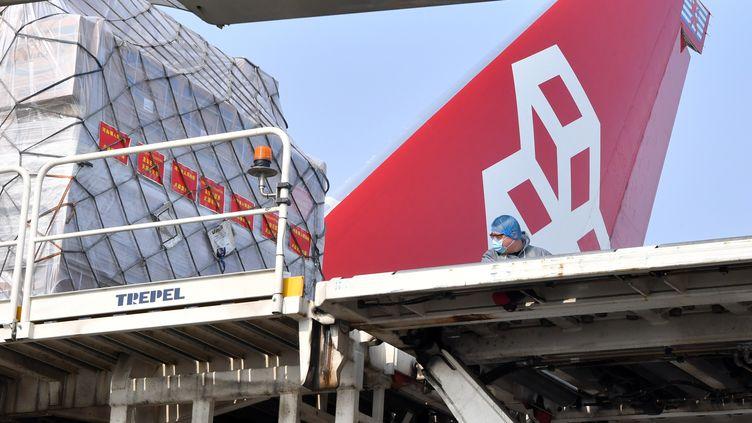 Une cargaison de matériel médical s'apprête à s'envoler de Chine vers le Luxembourg, le 22 mars 2020 à l'aéroport deZhengzhou. (LI JIANAN / XINHUA / AFP)