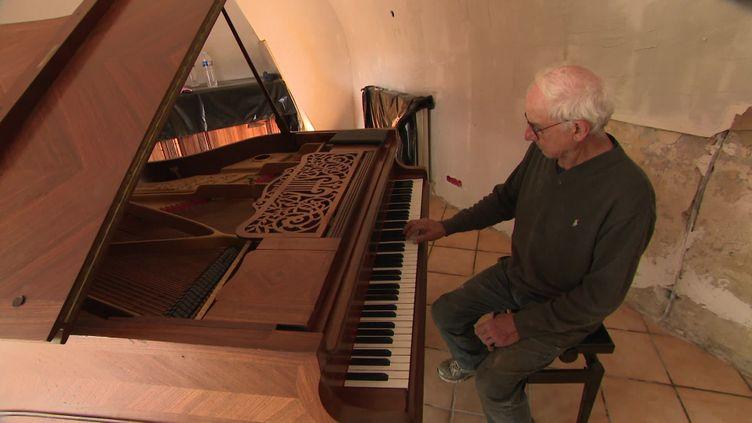 Samuel Maman teste son nouveau piano. (L. Blache / France Télévisions)