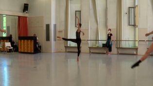 Les danseurs du ballet du Rhin peuvent désormais rechausser leurs chaussons. C'est l'un des premiers ballets à pouvoir le faire, même si les répétitions restent très limitées. (France 3)
