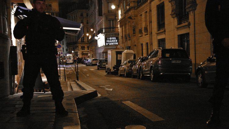 Des policiers montent la garde à proximité du lieu où un homme armé d'un couteau a tué un passant et en a blessé cinq autres, le 12 mai 2018, dans un attentat revendiqué par l'Etat islamique. (ANTHONY DEPERRAZ / AFP)