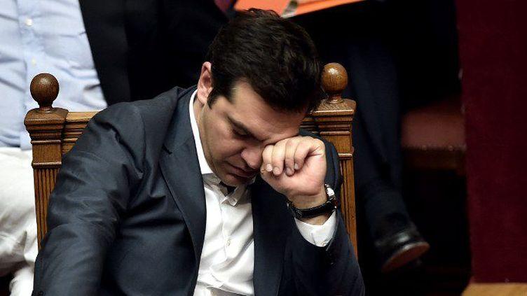 Le premier ministre grec Alexis Tsipras saisi dans un moment de lassitude lors de la session parlementaire du 15 juillet 2015 à Athènes. (Aris Messinis/AFP)