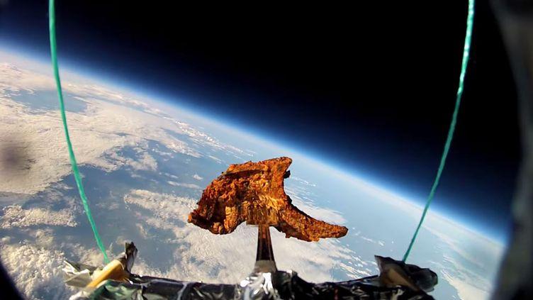 La côte d'agneau a été envoyée dans le ciel le 14 juin 2014. Un fermier a retrouvé l'épave du ballon cinq mois plus tard, avec ces images. (NIKESH SHUKLA / YOUTUBE)