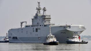 """Le navire Mistral """"Sébastopol"""" dans le port de Saint-Nazaire (Loire-Atlantique), le 16 mars 2015. (GEORGES GOBET / AFP)"""