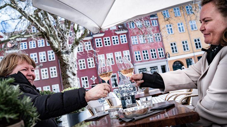 Deux femmes trinquent à Copenhague, le 21 avril 2021. (EMIL HELMS / EPA/RITZAU SCANPIX)