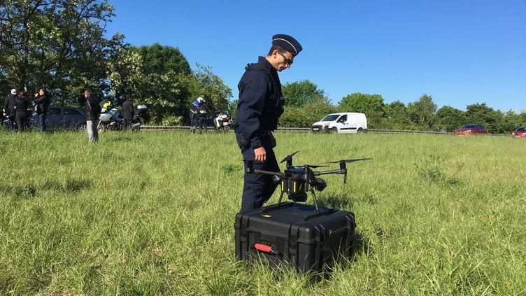 Un policier et un radar drone aux abords de la bretelle de l'autoroute A126 de Chilly-Mazarin, la jonction entre A6 et l'A10, mercredi 15 mai 2019. (JUSTINE LECLERCQ / RADIO FRANCE)