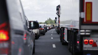 Des voitures bloquées sur l'autoroute A13. Photo d'illustration. (CHARLY TRIBALLEAU / AFP)
