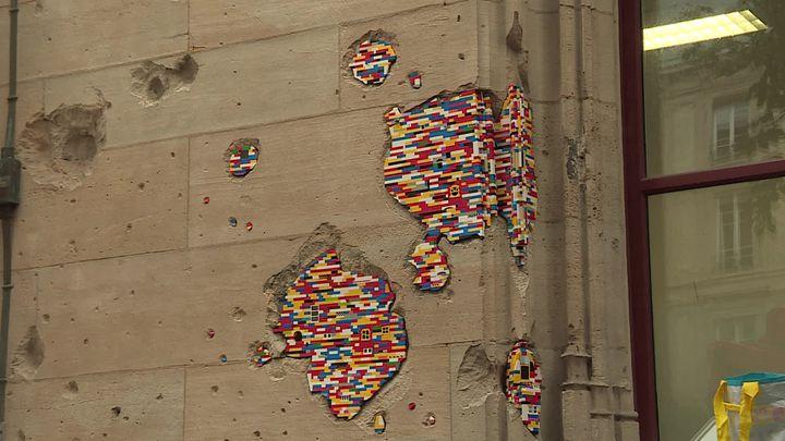 L'artiste Jan Vormann comble les trous du palais de justice de Rouen avec des Lego (France Télévisions / France 3 Normandie)