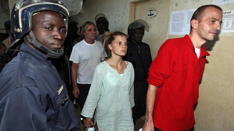 Emilie Lelouch et Eric Breteau, le 24 décembre 2007, à la sortie du tribunal de N'Djamena (Tchad). (PASCAL GUYOT / AFP)
