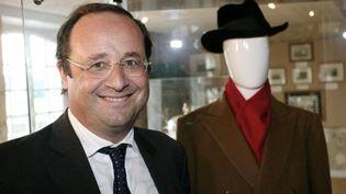 """François Hollande posant avec un mannequin avec un chapeau et un manteau de """"Tonton"""", surnom de François Mitterrand (AFP - ROMAIN PERROCHEAU)"""