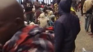 Ce sont des images saisissantes tournées par CNN : une vente d'esclaves en Libye, dans la banlieue de Tripoli. Les hommes vendus sont des migrants venus du Mali et du Niger pour tenter de traverser la Méditerranée. (FRANCE 2)