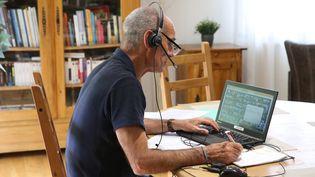 Un homme en télétravail en Alsace, le 6 mai 2021. (VANESSA MEYER / MAXPPP)