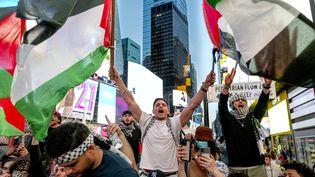 Des manifestants pro-palestiniens célèbrent le cessez-le-feu entre le Hamas et Israël, le 20 mai 2021, à Times Square à New York. (CRAIG RUTTLE/AP / SIPA)