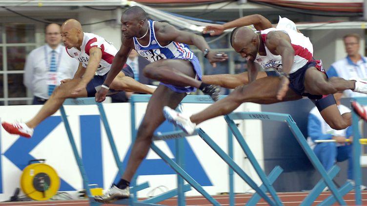 Ladji Doucouré s'arrache pour remporter le titre de Champion du monde du 110 mètres haies à Helsinki le 12 août 2005 (ERIC FEFERBERG / AFP)