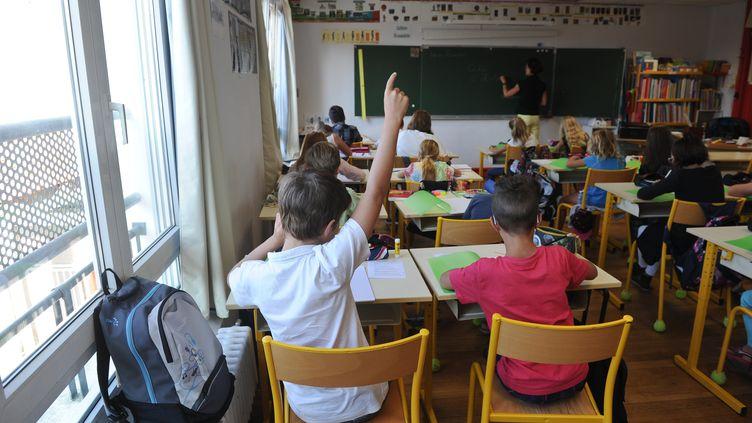 Des élèves de CM1 assistent à un cours àAytre (Charente-Maritime), le 1er septembre 2015. (XAVIER LEOTY / AFP)