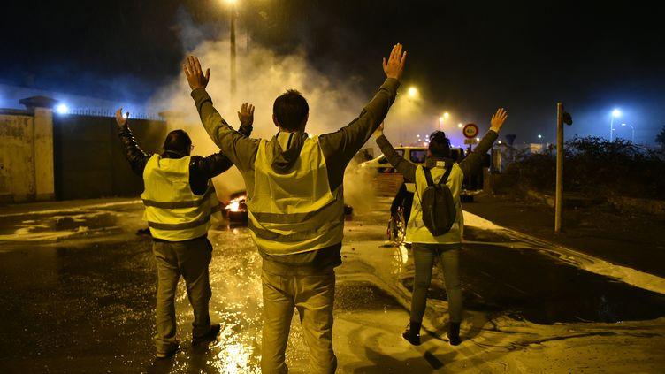 """Des """"gilets jaunes"""" manifestent contre l'augmentation des taxes sur les carburants, le 29 novembre 2018 devant le dépôt pétrolier du Mans (Sarthe). (JEAN-FRANCOIS MONIER / AFP)"""