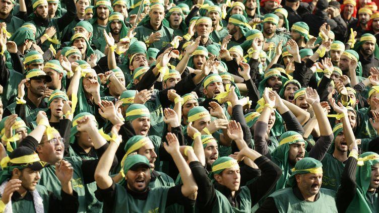 Des militants du Hezbollah, mouvement chiite libanais, lors d'une manifestation, le 17 novembre 2013 à Nabatiyeh (Liban). (MAHMOUD ZAYYAT / AFP)