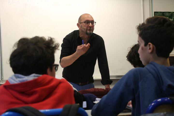 Jean-Michel Taliercio discute avec des élèves de cinquième au collège Henri Matisse, à Paris, lors d'un atelier de lutte contre le sexisme, le 5 décembre 2017. (VALENTINE PASQUESOONE / FRANCEINFO)