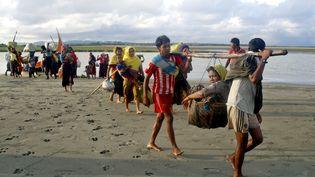 Des réfugiés rohingyas s'apprêtent à embarquer dans des bateaux pour rejoindre le Bangladesh, le 15 septembre 2017. (SONY RAMANY / NURPHOTO / AFP)