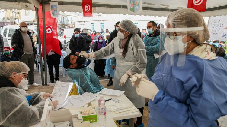 Un médecin recueille des échantillons pour des tests Covid-19 dans une rue du gouvernorat de l'Ariana, à 6 km de la capitale Tunis, le 8 janvier 2021. (CHEDLY BEN IBRAHIM / NURPHOTO)