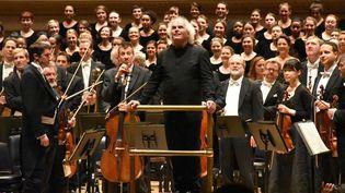 Simon Rattle et l'Orchestre philharmonique de Berlin qu'il dirige (ici en novembre 2015 à New York).  (Chris Melzer / DPA)