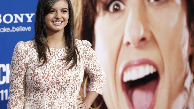 """Rebecca Black à la première du film """"Jack and Jill"""" à Los Angeles (Etats-Unis), le 11 novembre 2011. La chanteuse enregistre la plus forte progression mondiale de recherches sur son nom. (MATT SAYLES / NBC /AP / SIPA)"""