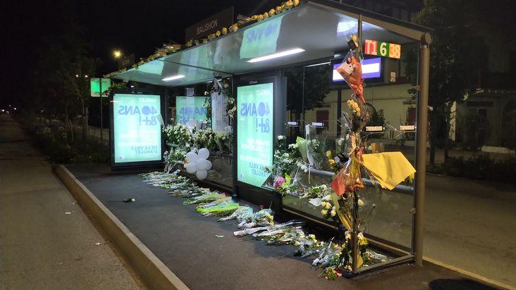 L'arrêt de bus Balishon à Bayonne (Pyrénées-Atlantiques) au lendemain de la marche blanche en hommage à Philippe Monguillot, le chauffeur de bus agressé, 9 juillet 2020 (photo d'illustration). (ROMAIN DÉZÈQUE / RADIO FRANCE)