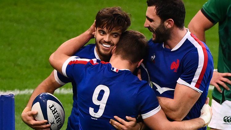 Romain Ntamack, Charles Ollivon et Antoine Dupont (de dos), trois joueurs symboles du renouveau du XV de France en 2020. (FRANCK FIFE / AFP)